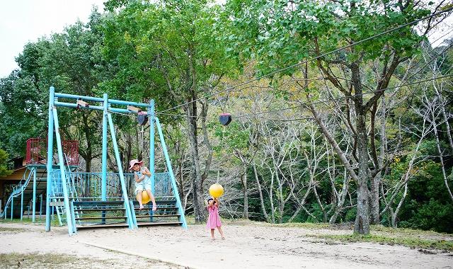 ターザンロープや遊具や川遊びで遊び倒せ!自然学習村源じいの森キャンプ場