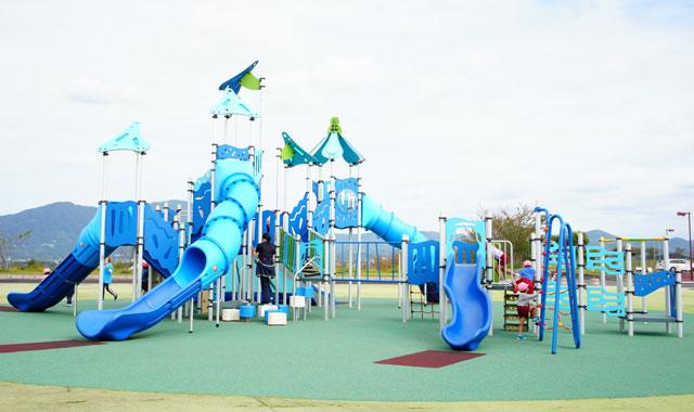 新しい遊具は写真映えする青いすべり台【無料駐車場有り】田川中央公園